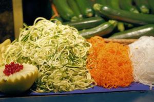 Gemüse in Spiralen schneiden